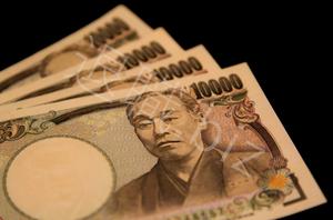 一万円札4枚ならんでいる