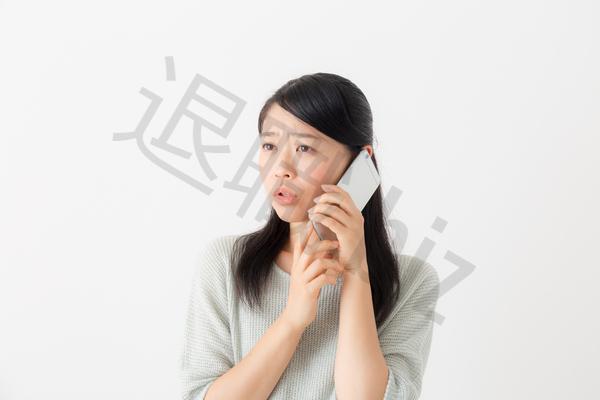電話かける女性